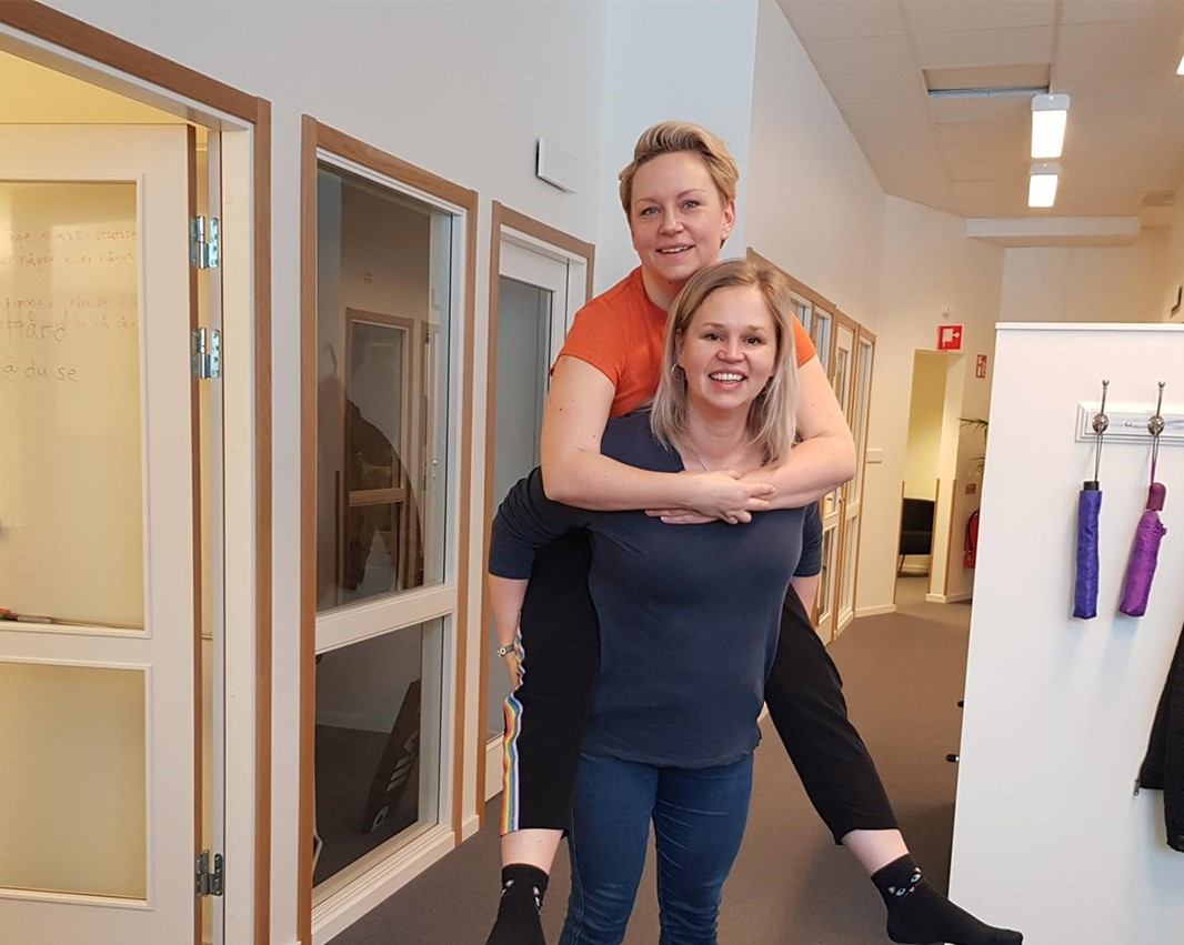 Linda Vixner, Senior Lecturer in Medical Sciences, lifting Lina Hård from the Marketing and Communication Office