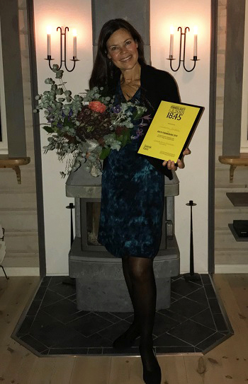 Susanna Nordin with her prize and a bouquet of flowers
