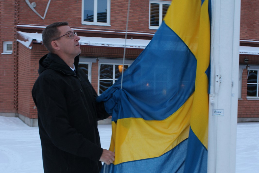 University Vice-Chancellor Martin Norsell hoisting the flag at Campus Falun