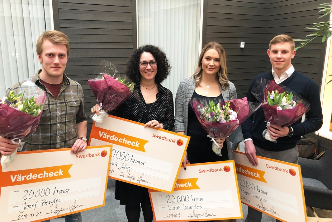 Jozef Berglez, Anouk Jolin, Sarah Saunders and Kasper Lindqvist holding onto their scholarship awards.